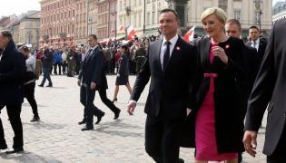 Prezydent Andrzej Duda (2P) z żoną Agatą Kornhauser-Dudą (P) na pl. Zamkowym, po uroczystości podniesienia flagi państwowej na Wieży Zegarowej Zamku Królewskiego w Warszawie