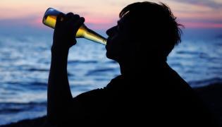 Chłopak z butelką piwa