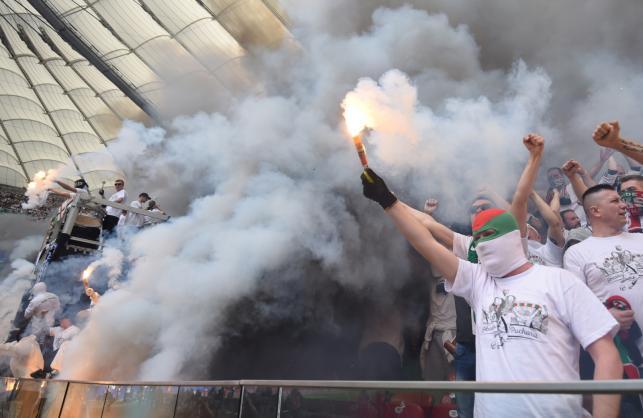 Skandal na Narodowym. Bramkarz Legii trafiony racą. Bójka kibiców. Stadion cały w dymie
