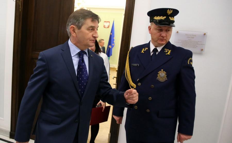 Marek Kuchciński i funkcjonariusz straży marszałkowskiej