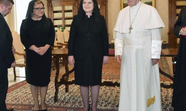 2 godziny po wydarzeniu Internet śmieje się ze stylizacji Szydło i Kempy na audiencji u papieża. FOTO