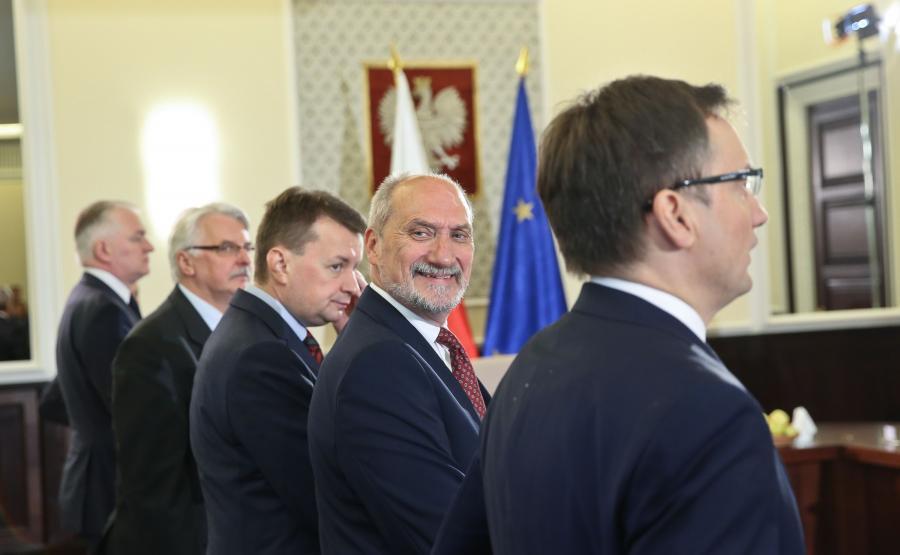 Antoni Macierewicz w szeregu przed posiedzeniem rządu