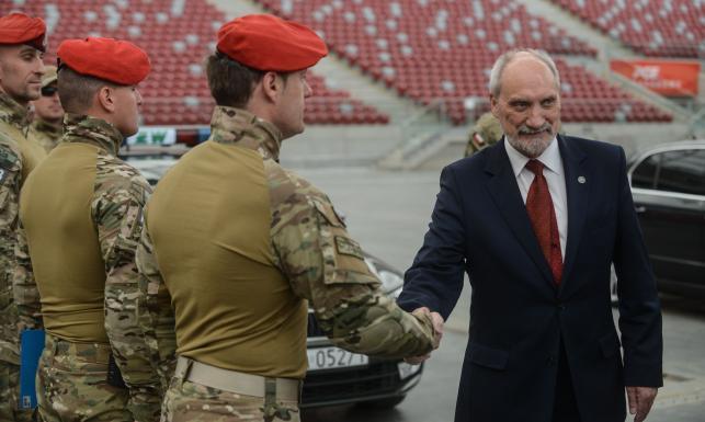 Macierewicz na pokazie specjalnego oddziału żandarmerii: Zrobimy wszystko dla bezpieczeństwa szczytu NATO
