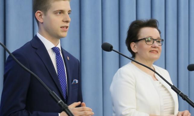 Wpadka! Minister Zalewska przeceniła swoje możliwości udźwignięcia śmietankowej stylizacji