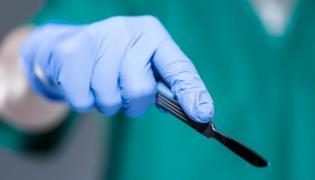 Skalpel w ręku chirurga
