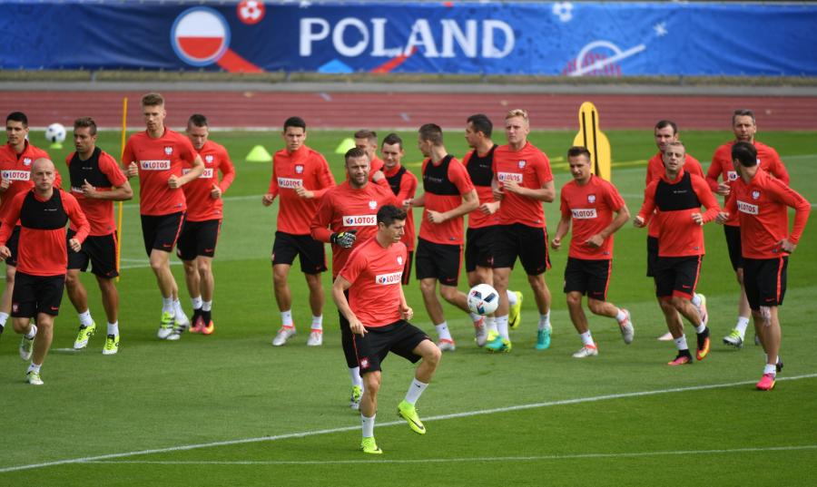 Piłkarze reprezentacji Polski podczas treningu na boisku treningowym we francuskim La Baule