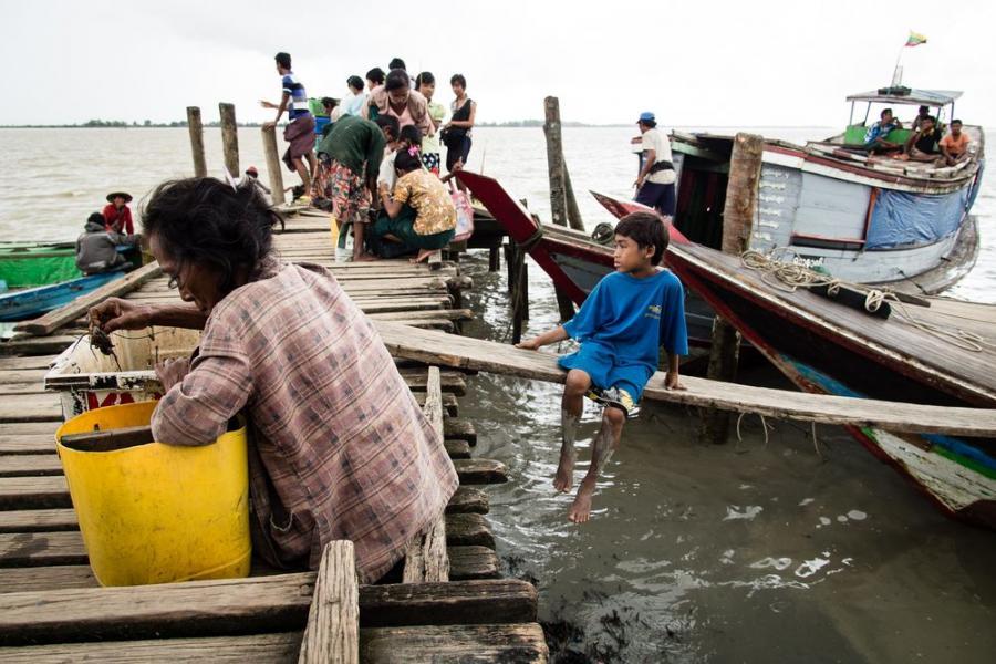 Dzieci z Labuta szukające żywych krabów w odpadach, Birma; fot. T. Bogusz / Pirania na kolację