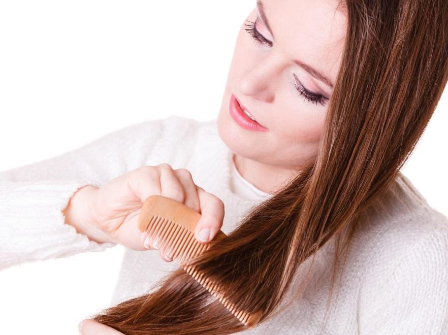 Kobieta czesze włosy