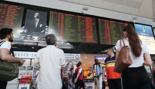 Pasażerowie na lotnisku im. Ataturka w Stambule