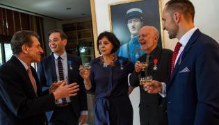 Adam Zagajewski i Robert Biedroń uhonorowani francuskimi odznaczeniami