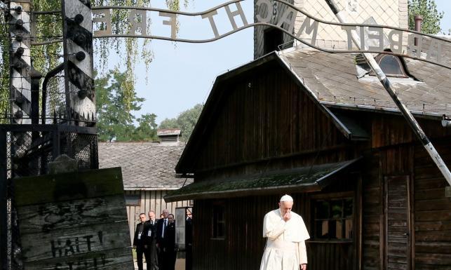 Milcząca wizyta papieża w byłym niemieckim obozie koncentracyjnym Auschwitz-Birkenau. ZDJĘCIA