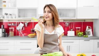 Kobieta jedząca selera