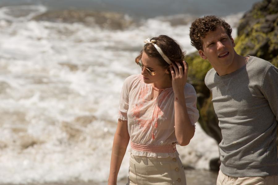 """Kristen Stewart oraz Jesse Eisenberg filmie """"Śmietanka towarzyska"""" / fot. Kino Świat"""