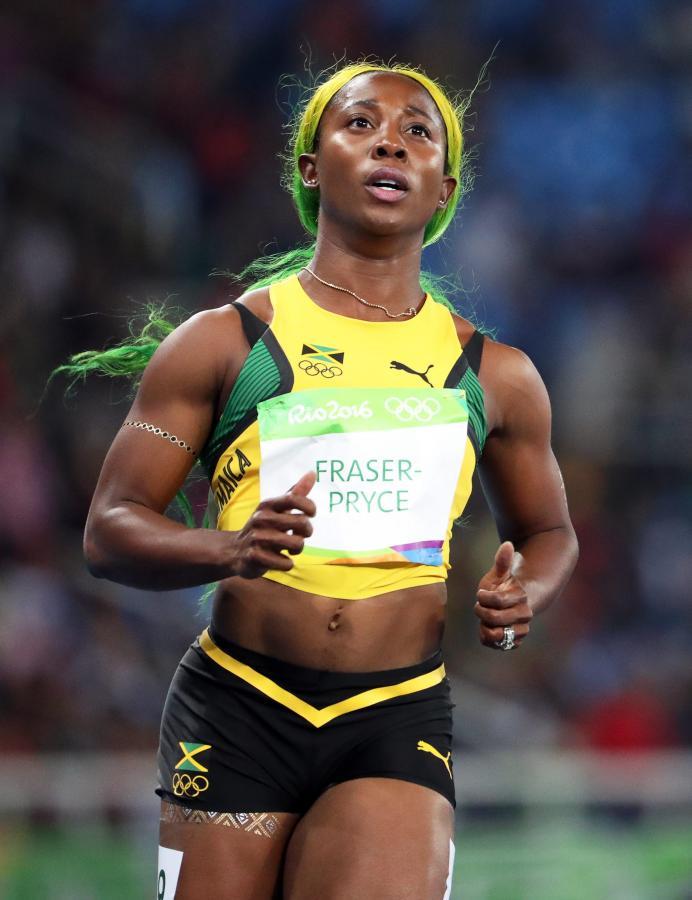 Shelly-Ann Fraser-Pryce biega z flagą Jamajki na... głowie