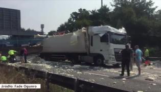 Kładka dla pieszych zawaliła się na autostradzie. Co najmniej jedna osoba jest ranna