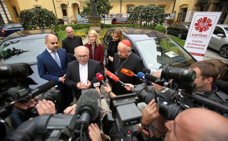 Ruszyły licytacje samochodów, którymi jeździł papież Franciszek