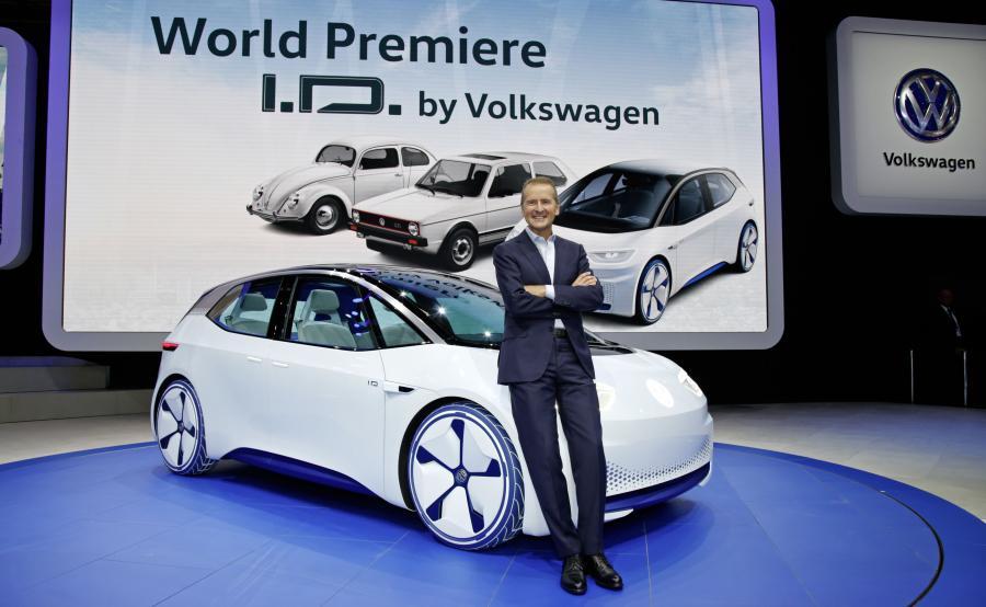 """VW zainwestuje niemal 23 mld euro. """"To zdecydowanie przyspieszmy największą w naszej historii ofensywę w dziedzinie nowych produktów i technologii"""" - stwierdził Herbert Diess, prezes zarządu marki Volkswagen"""