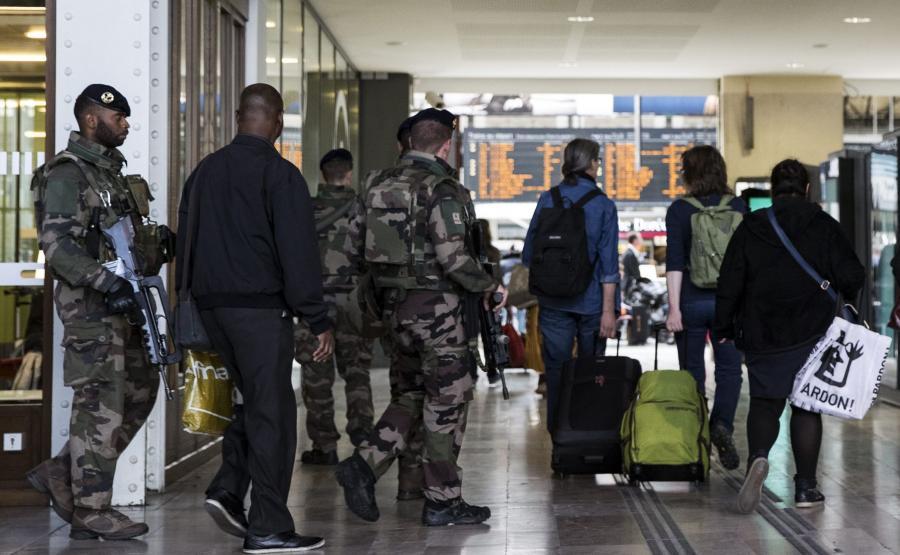 Francuscy żołnierze na antyterrorystycznym patrolu w Paryżu