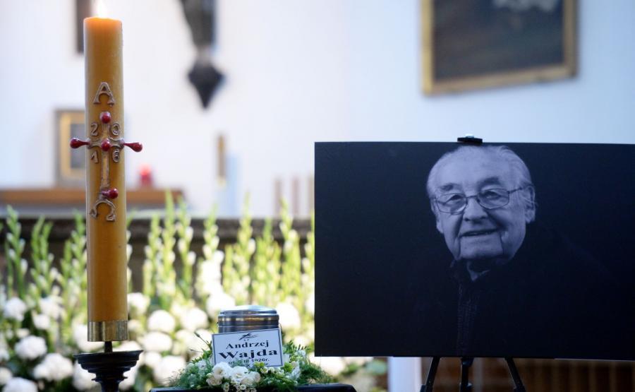 Urna z prochami Andrzeja Wajdy wystawiona w kościele św. Jacka w Warszawie