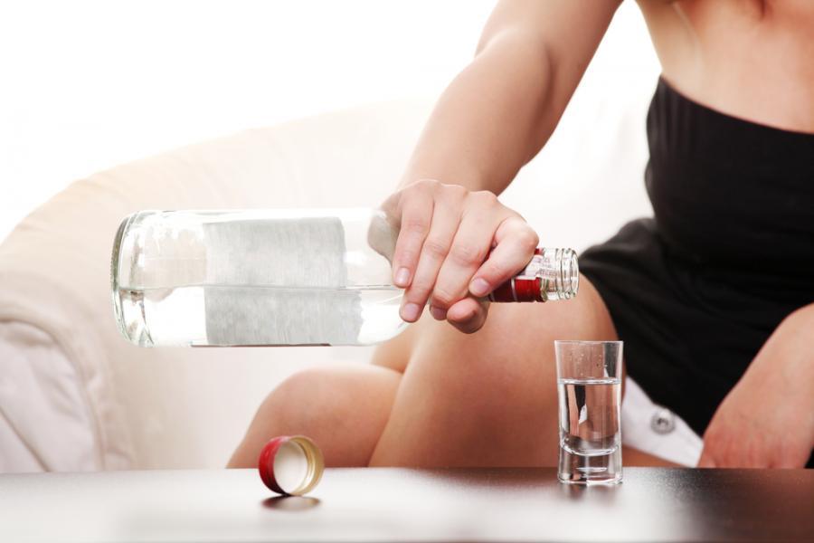 Kobieta pijąca wódkę