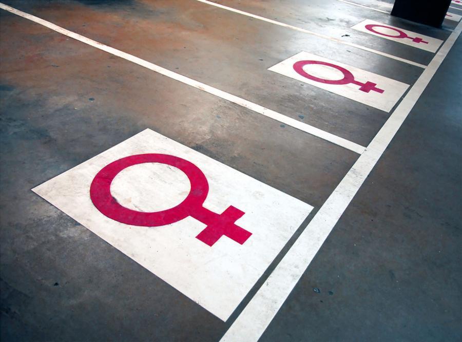 Parking dla kobiet? Szerszy i... różowy