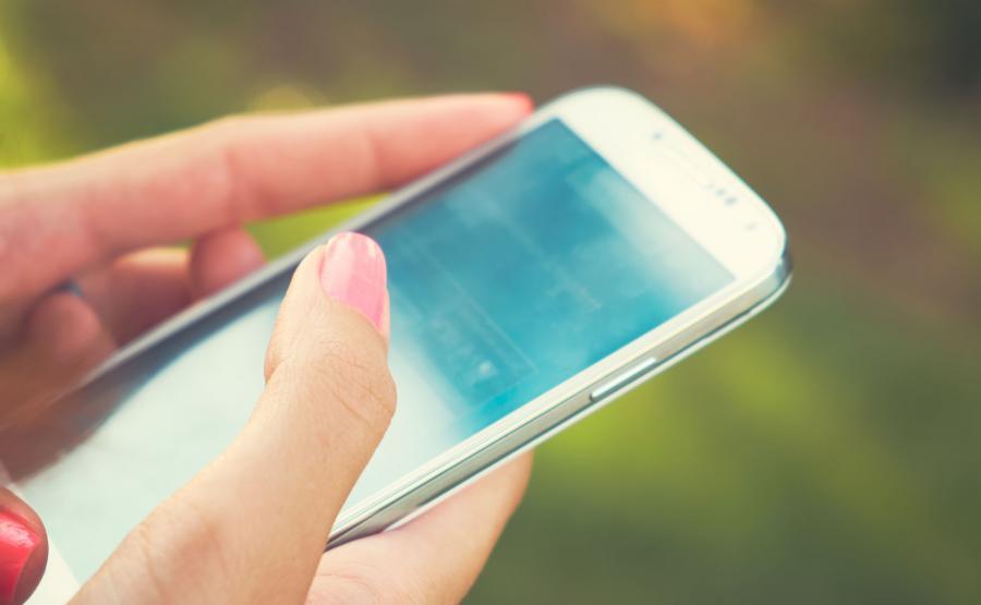 7. Korzystanie ze smartfona związane z bólem kciuków