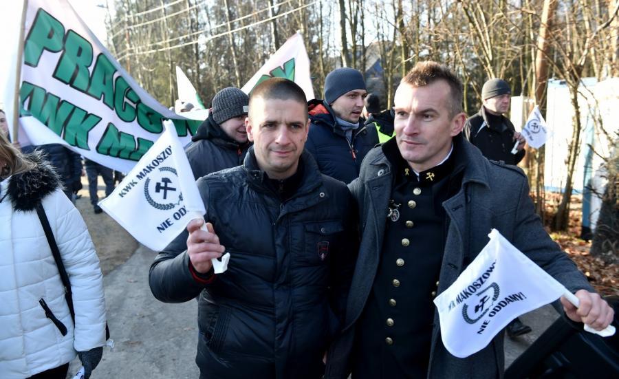Pracownicy przeznaczonej do likwidacji kopalni Makoszowy protestują 4 bm. przed domem premier Beaty Szydło w Przecieszynie