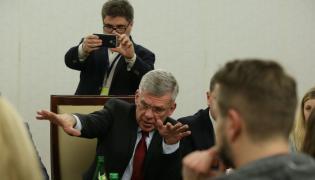 Spotkanie marszałka Senatu Stanisława Karczewskiego (C) z przedstawicielami redakcji w sprawie zasad funkcjonowania mediów w parlamencie