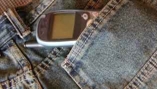 Telefon komórkowy w kieszeni spodni
