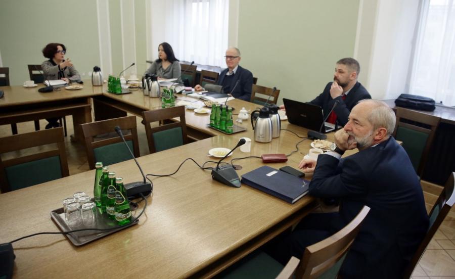 Członkowie Rady Mediów Narodowych: przewodniczący Krzysztof Czabański (C), Elżbieta Kruk (L), Juliusz Braun (P) i Grzegorz Podżorny (2P) i Joanna Lichocka (2L)