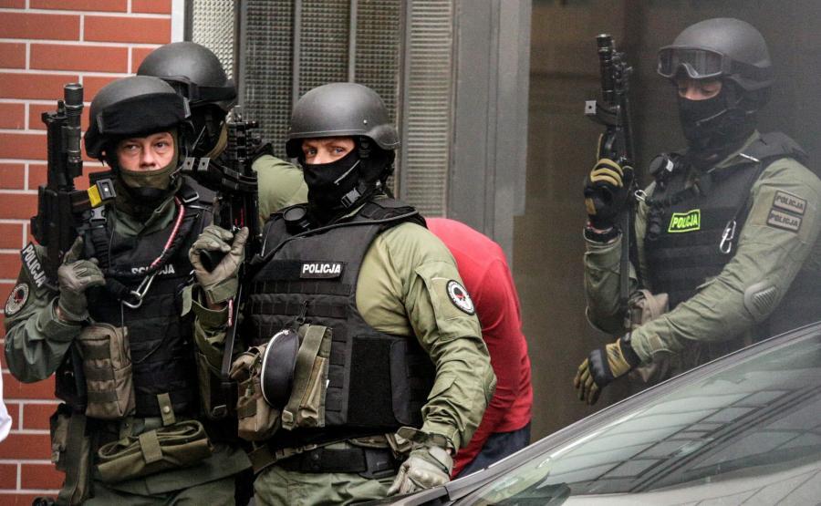 Antyterroryści wyprowadzają podejrzanego o podłożenie bomby