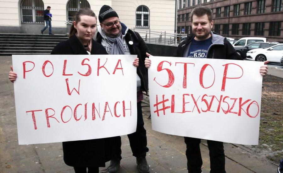 Konferencja prasowa stowarzyszenia Miasto jest Nasze przed Urzędem Dzielnicy Śródmieście przy ul. Nowogrodzkiej