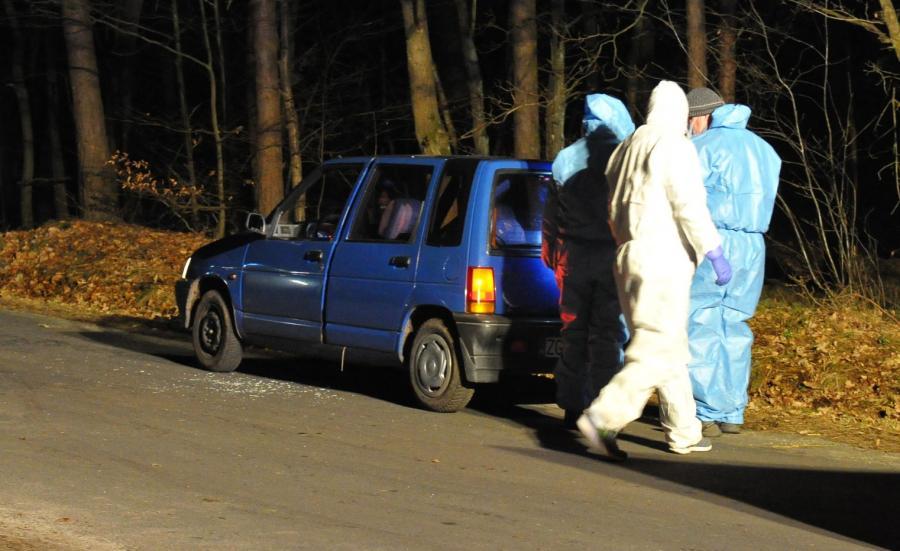 Policyjni technicy przy porzuconym samochodzie, w lesie między Czermnicą a Trzechelem